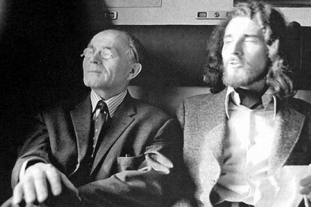 Bohumil Hrabal s Oldřichem Hamerou jedou z výstavy Vladimíra Boudnika v Ústí nad Orlicí (1974)