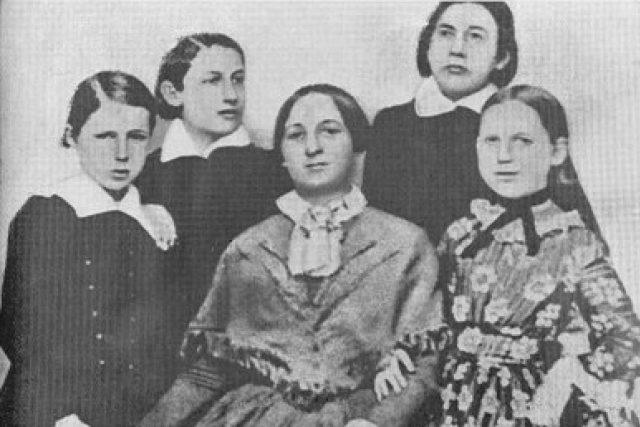 Božena Němcová s dětmi roku 1852 | foto:  autor neznámý 2,  Public domain,  Wikimedia Commons