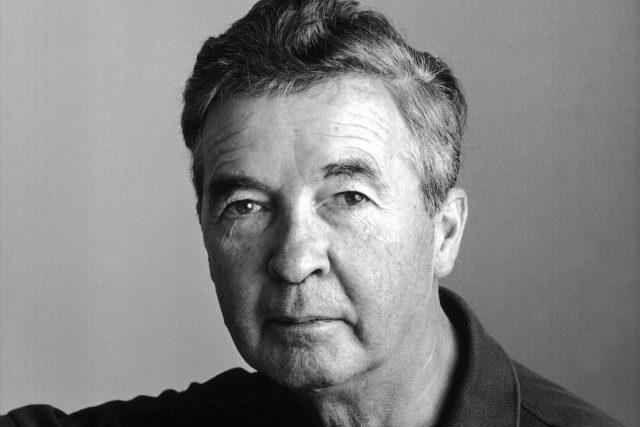 Dick Francis (1920–2010), britský žokej a spisovatel detektivek z dostihového prostředí (na fotografii v roce 1983)