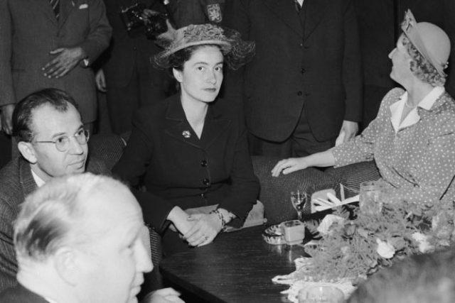 Magda Lokvencová-Husáková s prvním manželem Gustávem Husákem a manželkou prezidenta Hanou Benešovou (zcela vpravo); Zájezd prezidenta republiky Edvarda Beneše na Slovensko - uvítání v Bratislavě (14.09.1947)