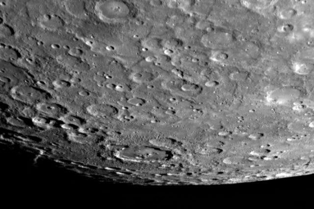 Povrch Merkuru vrásní množství kráterů