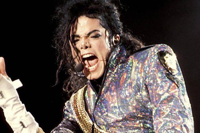 Michael Jackson v roce 1992. Král popu,  skladatel,  tanečník,  producent nebo mecenáš toho za svůj poměrně krátký život stihnul hodně. Rubem popularity bylo obvinění ze sexuálního zneužívání dětí nebo mýtus o bělení kůže | foto:  CC BY-SA 3.0,  Wikimedia Commons,   Casta03