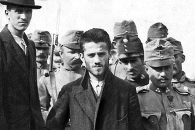 Sarajevský atentátník Gavrilo Princip jde z vězení k soudu | foto:  autor neznámý 2,  Public domain,  Wikimedia Commons
