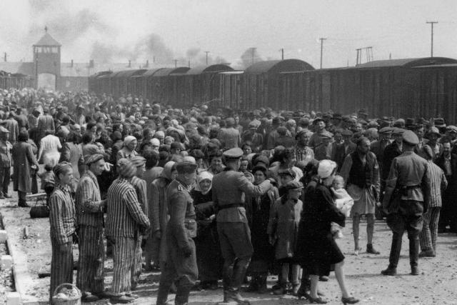 Za tisíci bezejmennými oběťmi druhé světové války bychom se měli snažit vidět konkrétní tváře a lidské příběhy. Jedině tak k nám může historie mluvit, říká Pavel Kosatík