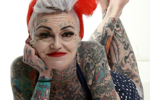 Máma dvou dětí Amanda Brignallová se začala halit tetováním, když ji zasáhla krize středního věku. Poté, co se rozvedla s manželem, se postupně propracovala k tetování na 80 % těla (snímek z roku 2013, kdy jí bylo 49 let)