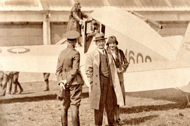 Tomáš Baťa s chotí u letadla Junkers,  pilot Brouček na křídle  (Pestrý týden,  30. 7. 1932)   foto:  autor neznámý 2,  Public domain,  Wikimedia Commons