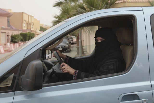 Saudská Arábie byla poslední zemí, kde ženy nesměly usednout za volant. To už ale neplatí.