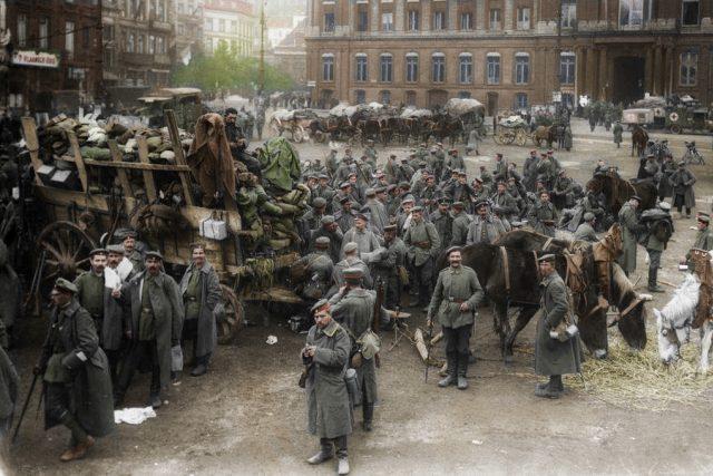 Německé jednotky na náměstí Lutychu  (1914)   foto: flickr.com   ,   CC BY-NC-ND 2.0,  Frédéric Duriez