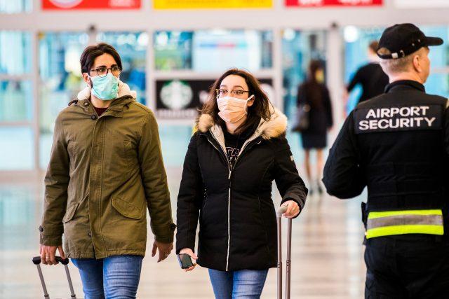 Ženy s rouškami na letišti | foto: Dan Materna,  MAFRA / Profimedia