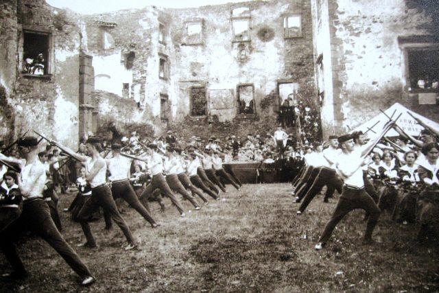 Cvičení Sokola na hradním nádvoří v Lipnici nad Sázavou před rokem 1913 | foto: Wikimedia Commons,  CC0 1.0