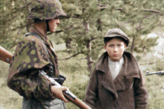 Člen jednotek SS s mladým zajatcem