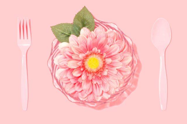 Květina na talíři