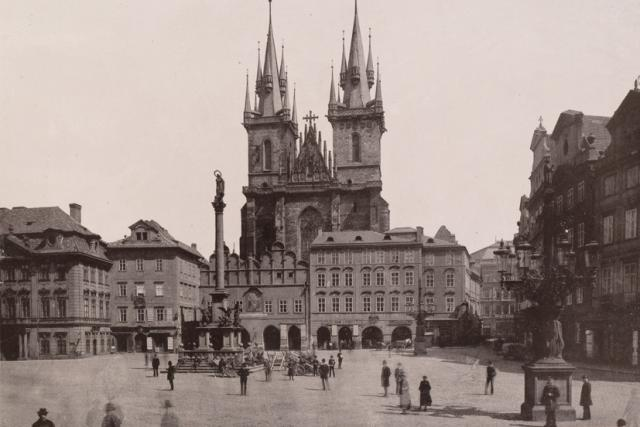 Mariánský sloup na Staroměstském náměstí v Praze | foto: William Vaughn Tupper,  Wikimedia Commons,  CC BY 2.0