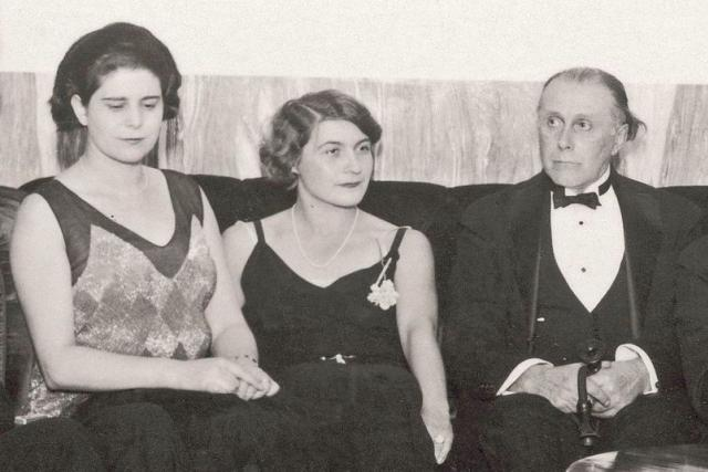 Claire Becková-Loosová úplně vlevo, úplně vpravo Adolf Loos na fotografii z Loosových 60. narozenin ve vile Mueller (uprostřed paní Muellerová)