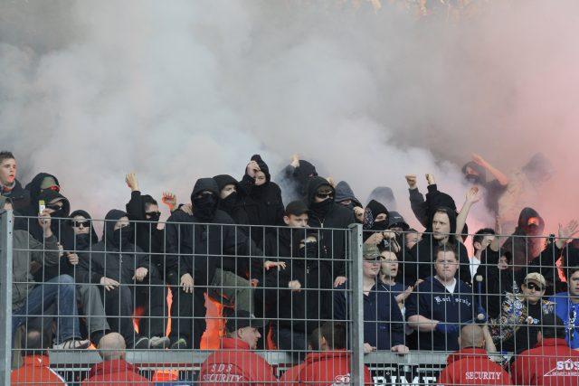 Chuligáni, agresivní fotbaloví fanoušci (ilustr. foto)