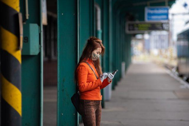 Mladá žena v roušce čeká v Pardubicích na vlak | foto: Honza Ptáček,  Český rozhlas,  Český rozhlas