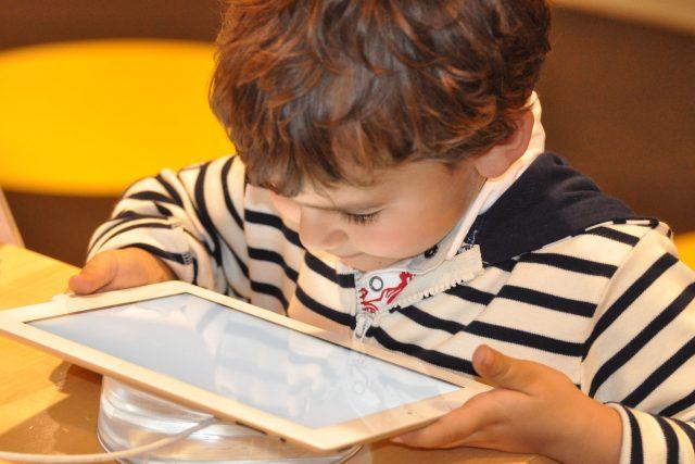 dítě na internetu