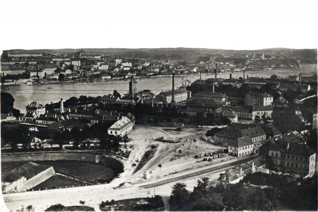 Panoramatický pohled na část Smíchova v roce 1872,  uprostřed Porgesova kartounka | foto: Wikimedia Commons,  CC0 1.0