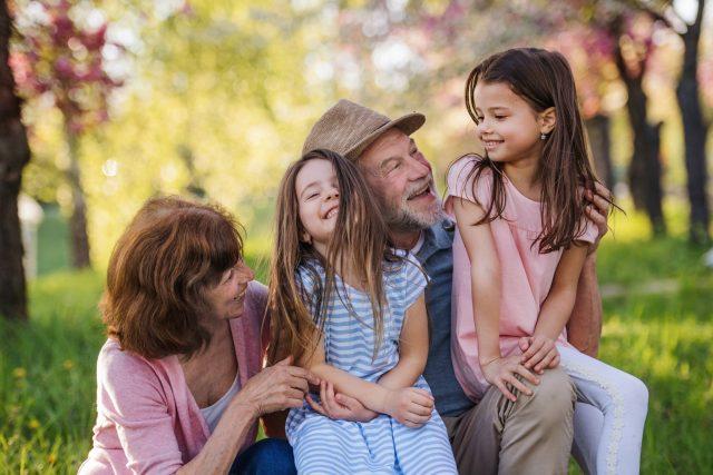 Prarodiče s vnoučaty na zahradě | foto: Profimedia