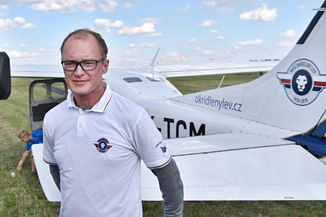 Advokát a aviatik Roman Kramařík se svým letounem, se kterým obletěl svět