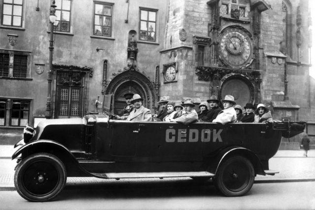 Automobil Čedoku s turisty v roce 1931