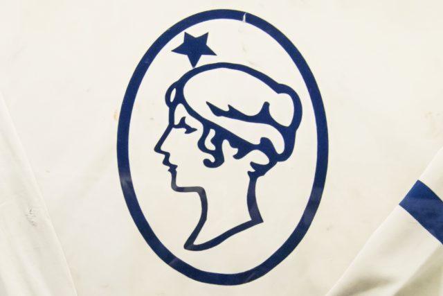 Logo Poldi Kladno na hokejovém dresu | foto: Jiří Borový,  Wikimedia Commons,  CC BY-SA 4.0