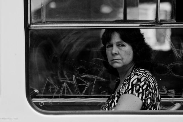 Žena v pražské tramvaji