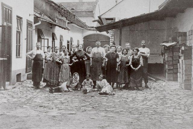 Alois Wessels s dcerami a zaměstnanci | foto: A. W. Brno
