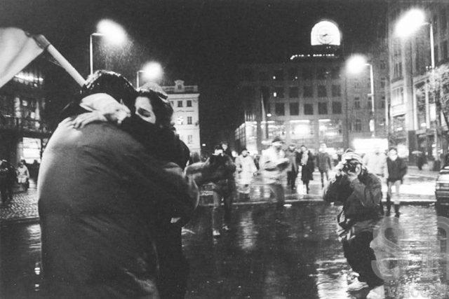 Sametová revoluce: 17. listopad 1989 | foto: Iva Borisjuková,  eSbírky – kulturní dědictví on-line,  Národní muzeum,  CC BY-NC-ND 4.0