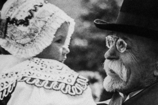 Tomáš Garrigue Masaryk s děvčátkem v kroji