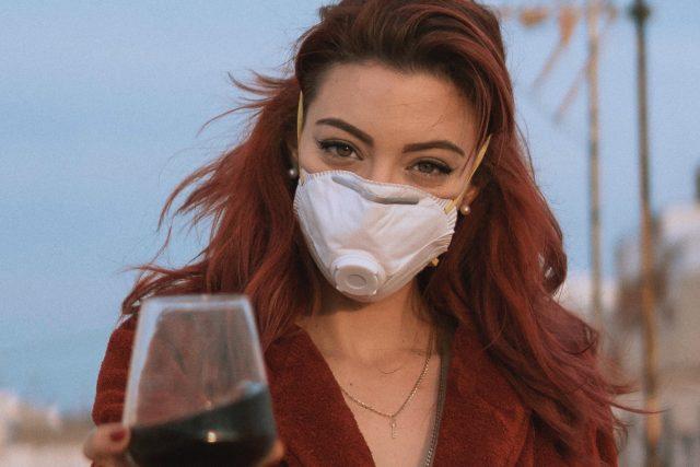 Žena s vínem v roušce | foto: Fotobanka Unsplash
