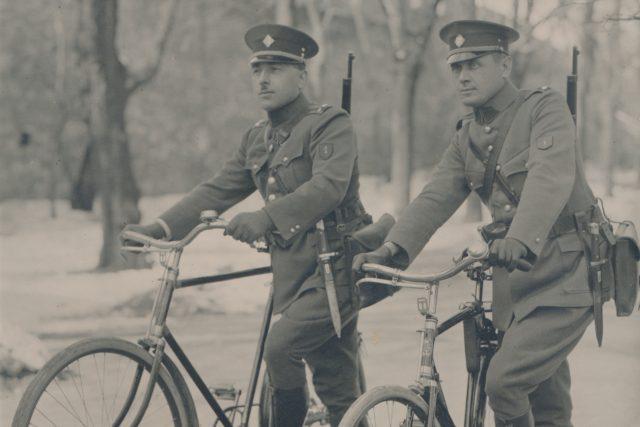 Cyklisté ve stejnokroji (1927)