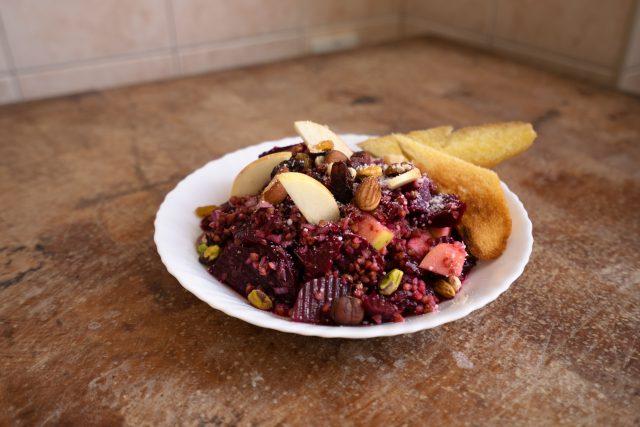 Vaření za hubičku s Romanem Paulusem: Pohankový salát z červené řepy | foto: David Všetička