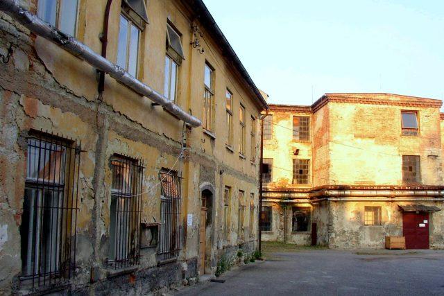 Textilka v Brněnci měla pohnutý osud. Stejně jako její původní majitelé | foto: Miaow Miaow,  Wikimedia Commons,  CC0 1.0