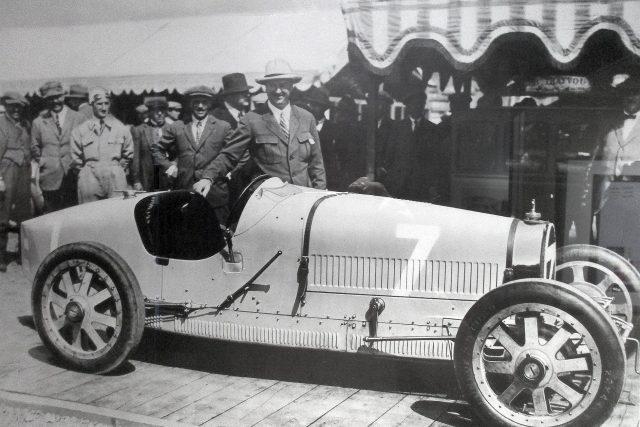 Etore Bugatti se svým legendárním vozem Bugatti Typ 35