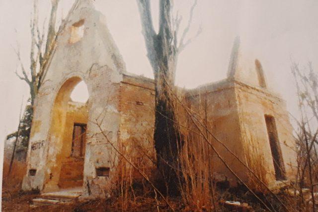 Torzo bohnické márnice, kde oba pachatelé přebývali (snímek z roku 1997)