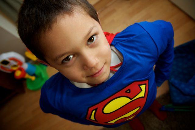 Kluk v kostýmu supermana