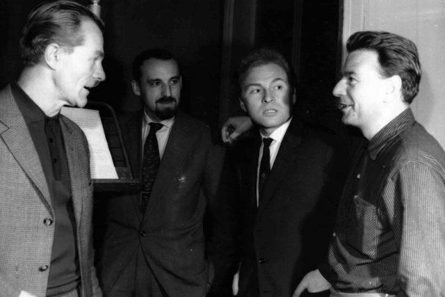 Natáčení rozhalsové hry Noční let: Radovan Lukavský, Pavel Grym, Luděk Munzar a Karel Weinlich (26. 12. 1964)