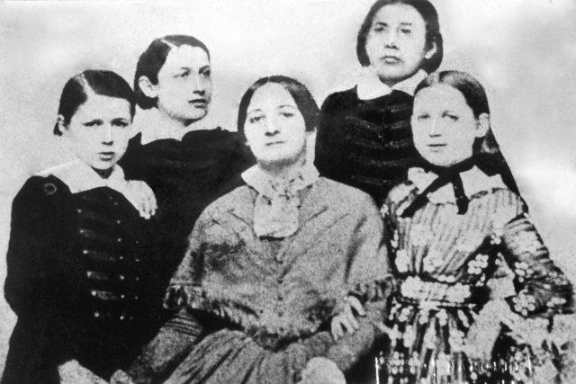 Božena Němcová se svými dětmi: Hynkem, Karlem, Theodorou a Jaroslavem