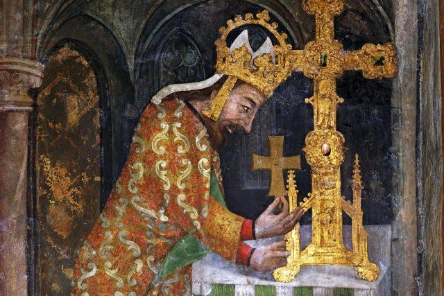 Ostatkový kříž jako hlavní motiv karlštejnské malířské výzdoby. Vnější stěna císařské oratoře na Karlštejně. Císař Karel IV. ukládá relikvii dřeva svatého kříže do velkého ostatkového kříže  (detail kolem 1360,  nástěnná malba,  hrad Karlštejn)   foto: autor neznámý,  Wikimedia Commons,  CC0 1.0