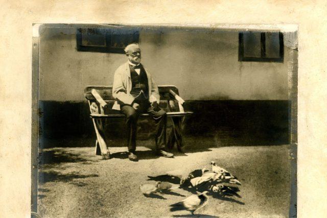 A. Dvořák s holuby na Vysoké | foto: Národní muzeum