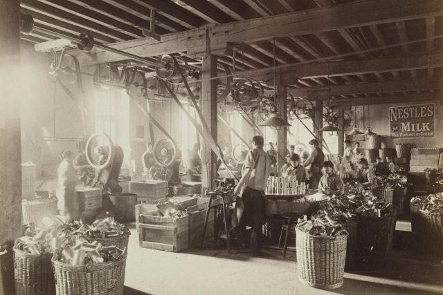 Vynález kondenzovaného slazeného mléka byl převratná věc. Umožňoval přepravu a skladování mléka bez nutnosti chlazení,  aniž by se zkazilo  (továrna Nestlé ve městě Vevey,  cca 1890). | foto: Nestlé S.A.,  Flickr,  CC BY-NC-ND 2.0