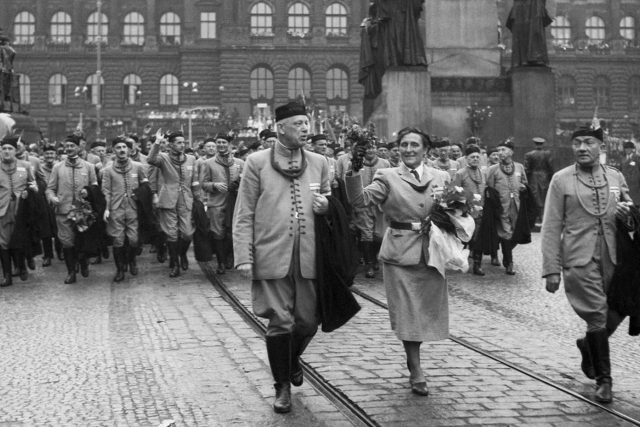 XI. Všesokolský slet: průvod na Václavském náměstí,  v čele Marie Provazníková | foto: Iljič Holoubek,  ČTK