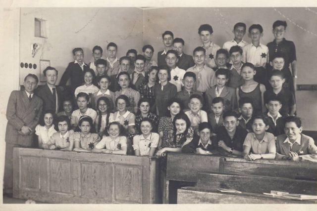 Školní třída,  jaro 1942. Toman Brod druhý zprava v druhé řadě shora | foto: Post Bellum