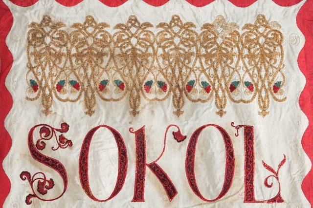 Vyšívaná kopie praporu, který pro Sokol Pražský namaloval Josef Mánes