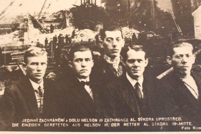 Z dolu Nelson se podařilo utéct pouze čtyřem horníkům  (zachránce Al. Sýkora uprostřed) | foto: Státní oblastní archiv Litoměřice
