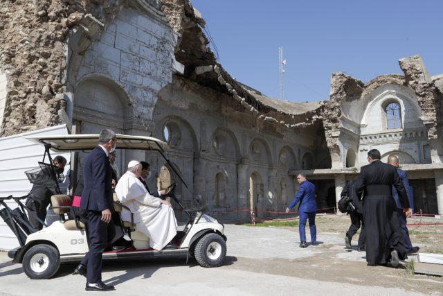 Papež František na místě zničeného syrského katolického kostela v Mosulu | foto: Andrew Medichini,  ČTK/AP