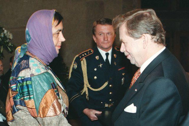 Libuše Moníková a Václav Havel při předávání medaile Za zásluhy | foto: Michal Doležal,  ČTK