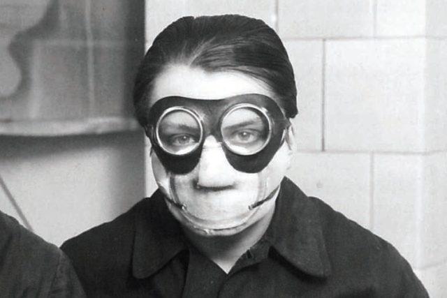 Toyen v masce při práci s Deka barvami