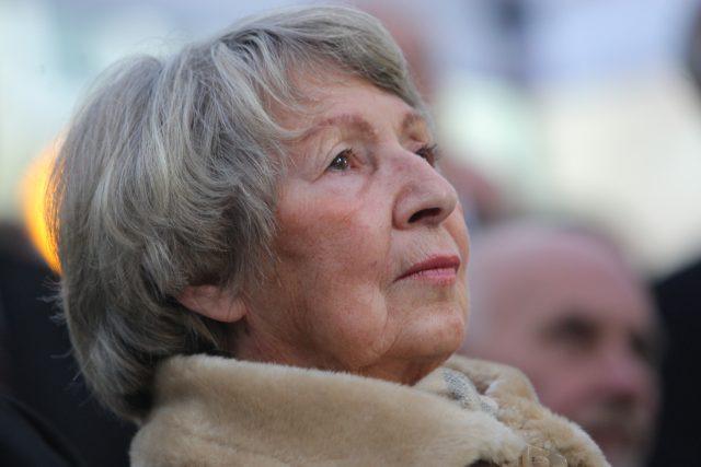 Ivana Tigridová, vdova po Pavlu Tigridovi, na pietním aktu odhalení památní desky v Meiselově ulici v Praze